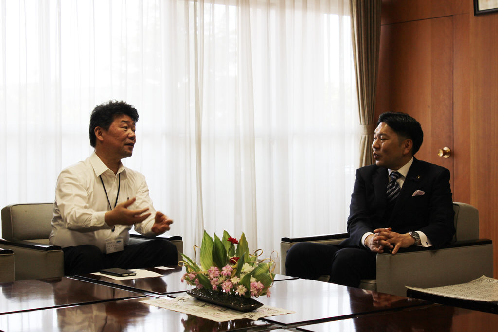 Hiro Nishimura and Mayor of Omura