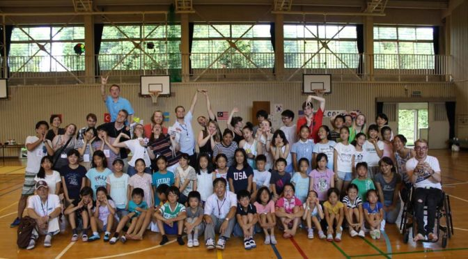 Group picture with elementary school students in Tsurumaki elementary school in Tama