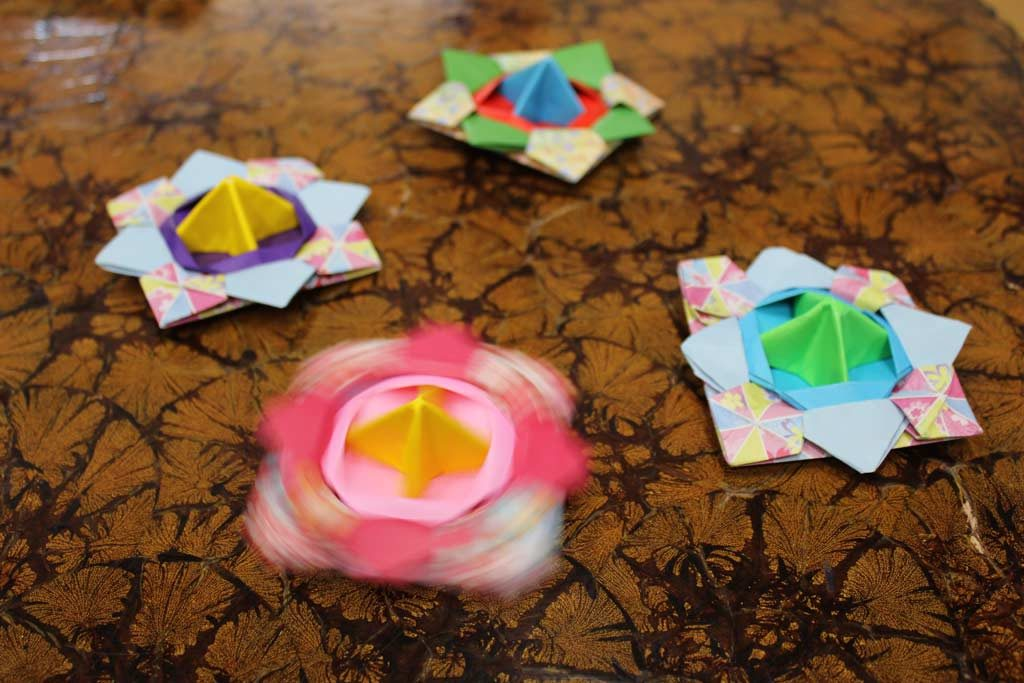 Origami spinning tops made together with the children of the Kindergarten