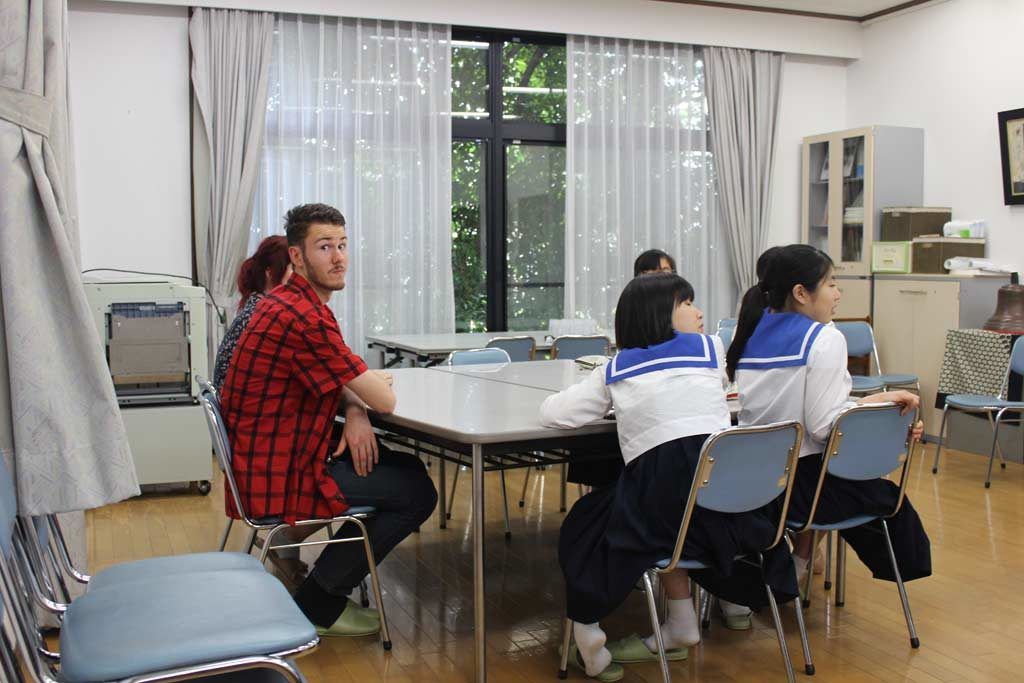Thomas chatting with high school students in Kumamoto